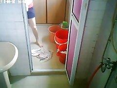 Oudere nemen van een douche