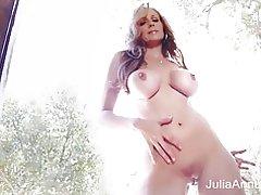Superstar milf julia ann pronkt met haar prachtige lichaam!