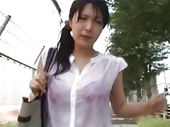 Meisje met nat t-shirt betast op de bus
