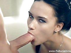 Brunette milf blaast de erotische