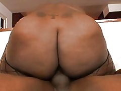 Grote buit ebony rijdt zwart dong reverse cowgirl