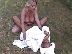 Volwassen baby houdt zijn kont stak door zijn mummie & s strap-on buitenshuis
