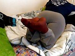 Wifeys Bourgondische nylon voeten na een lange dag op het werk