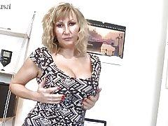 Rondborstige moeder met hongerige vagina