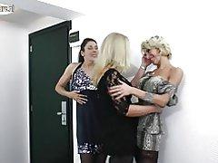 Amateur lesbische moeders neuken elkaar in 3some
