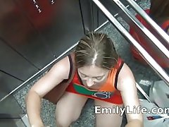 Tentoonstelling in openlucht en blowjob in een lift
