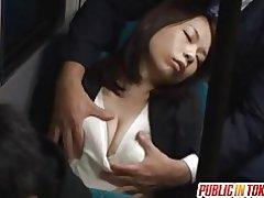Momo ogura wordt geneukt in het openbaar
