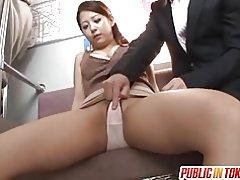 Satomi krijgt vibrator in Metro