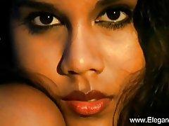 Prachtige Indiase milf levert de erotische