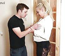 Naast de deur rijpe moeder neuken haar zoon & s beste vriend