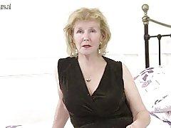 Geile Britse huisvrouw speelt met haar kutje