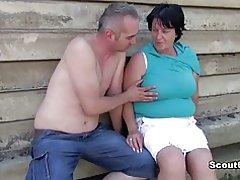 Duitse oude bbw moeder krijgen gevangen en geneukt buiten